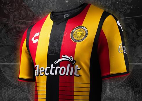 Camiseta titular de los Leones Negros | Foto Charly Fútbol