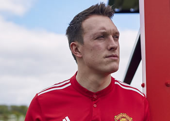 Jones con la nueva camiseta titular del Manchester United 2017/18 | Foto Adidas