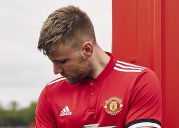 Shaw con la nueva camiseta titular del Manchester United 2017/18 | Foto Adidas