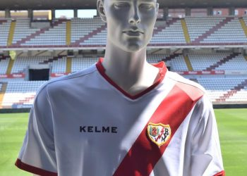 Equipación titular Kelme del Rayo Vallecano | Foto Web Oficial
