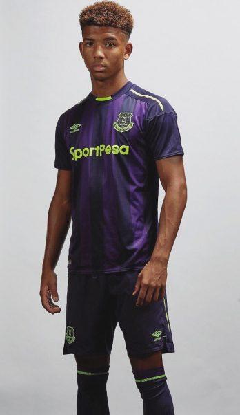 Mason Holgate con el nuevo kit del Everton | Foto Twitter Oficial