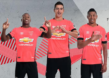 Asi luce la camiseta rosa Umbro de la Liga de Quito | Foto Web Oficial