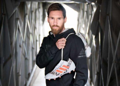 Lionel Messi con sus flamantes botines   Foto Adidas