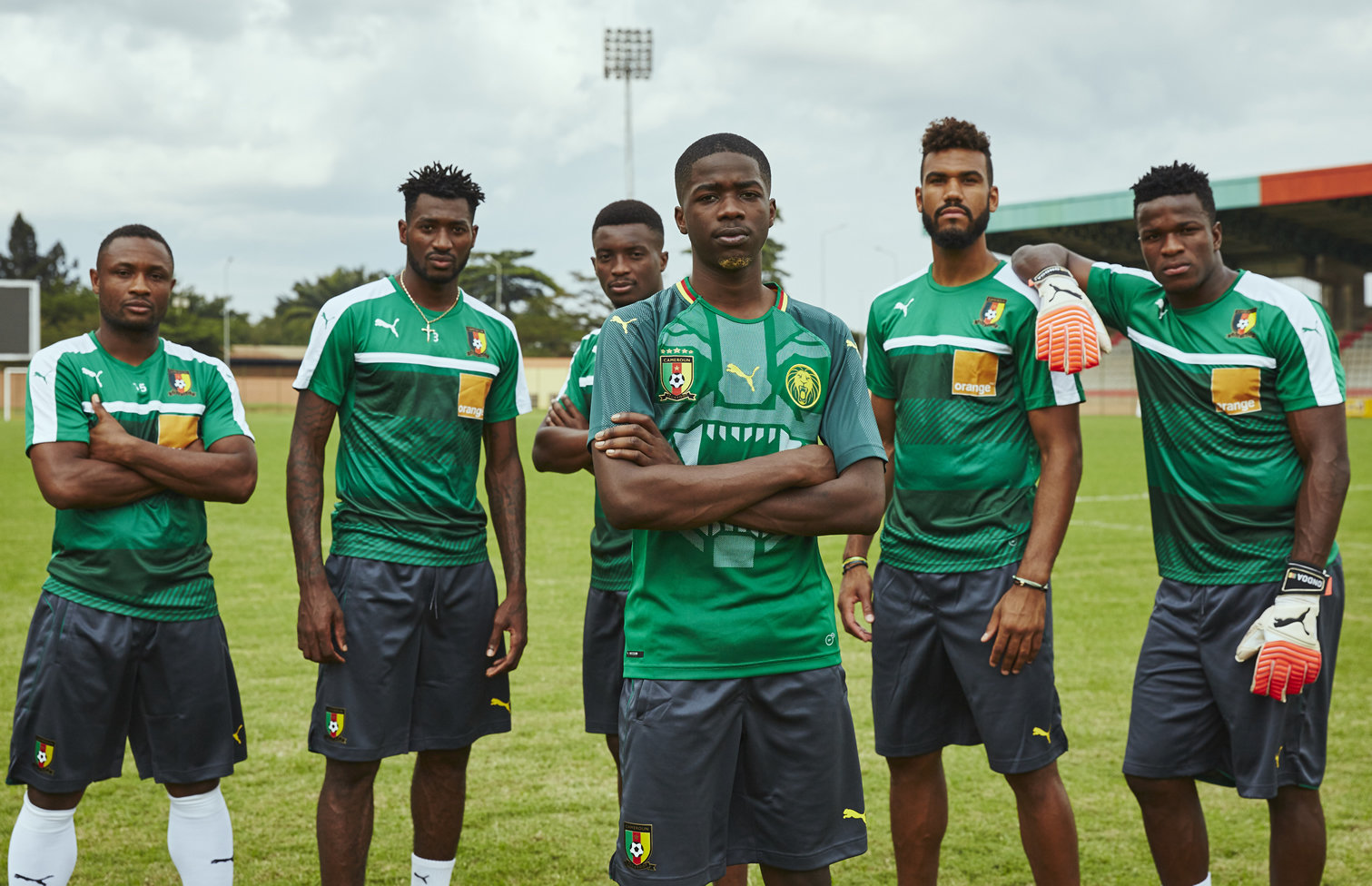 MHD y varios jugadores con la camiseta titular de Camerún | Foto Puma