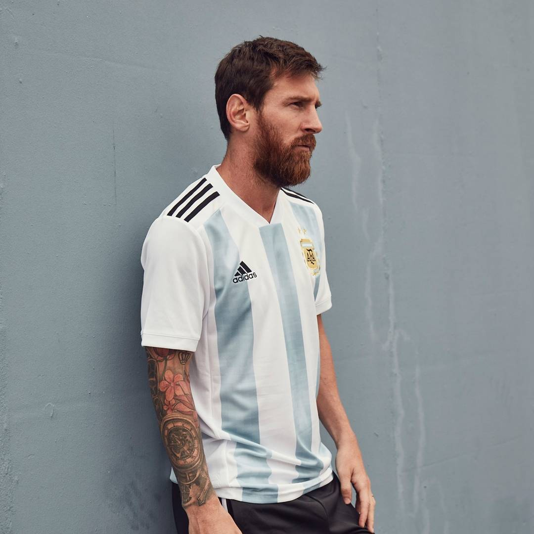 Lionel Messi con la nueva camiseta titular de Argentina  93931bfc02a85