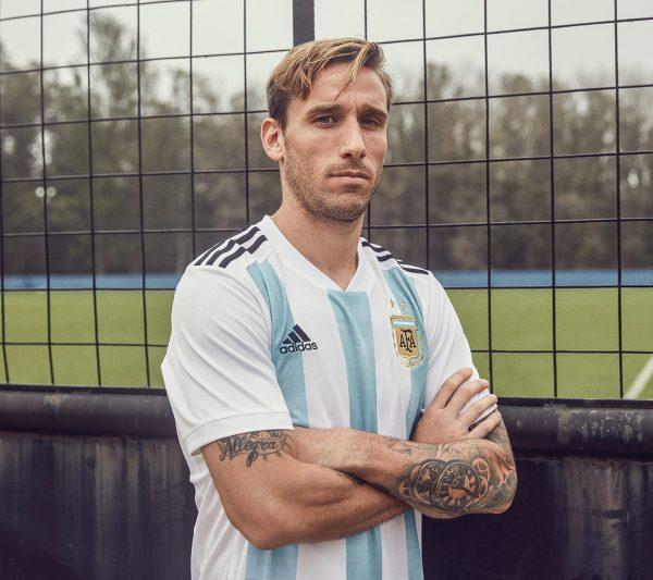 Lucas Biglia con la nueva camiseta titular de Argentina | Foto Adidas