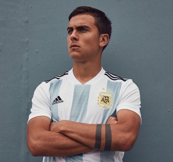 Paulo Dybala con la nueva camiseta titular de Argentina | Foto Adidas