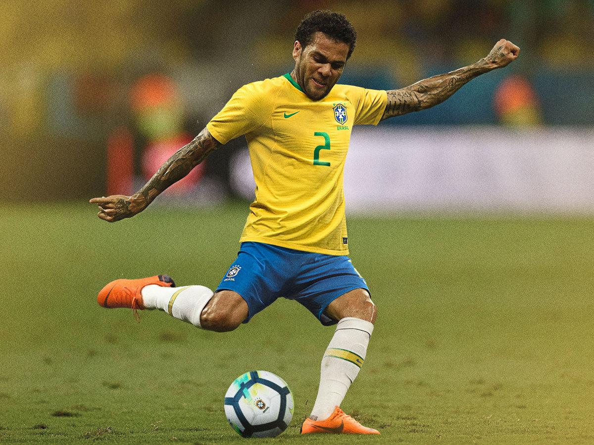 Dani Alves con la camiseta titular de Brasil Mundial 2018 | Imagen Nike