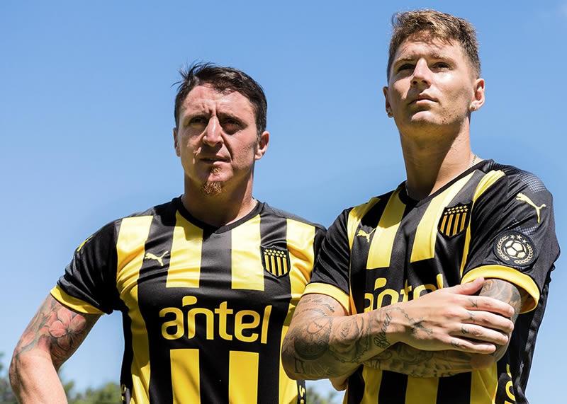 Nueva camiseta titular 2018 de Peñarol | Foto Puma