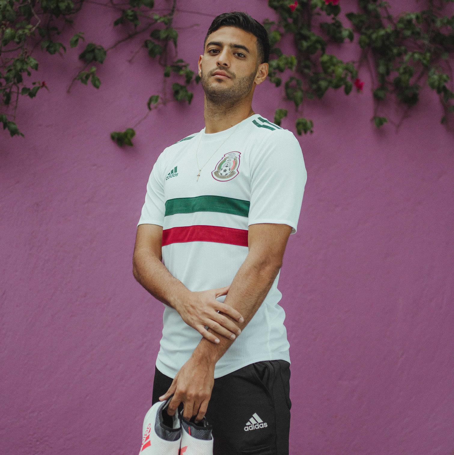 Vela posó con el nuevo kit de México | Foto Adidas