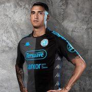 Matiás Suárez con la nueva camiseta alternativa Kappa de Belgrano 2018 | Foto Web Oficial