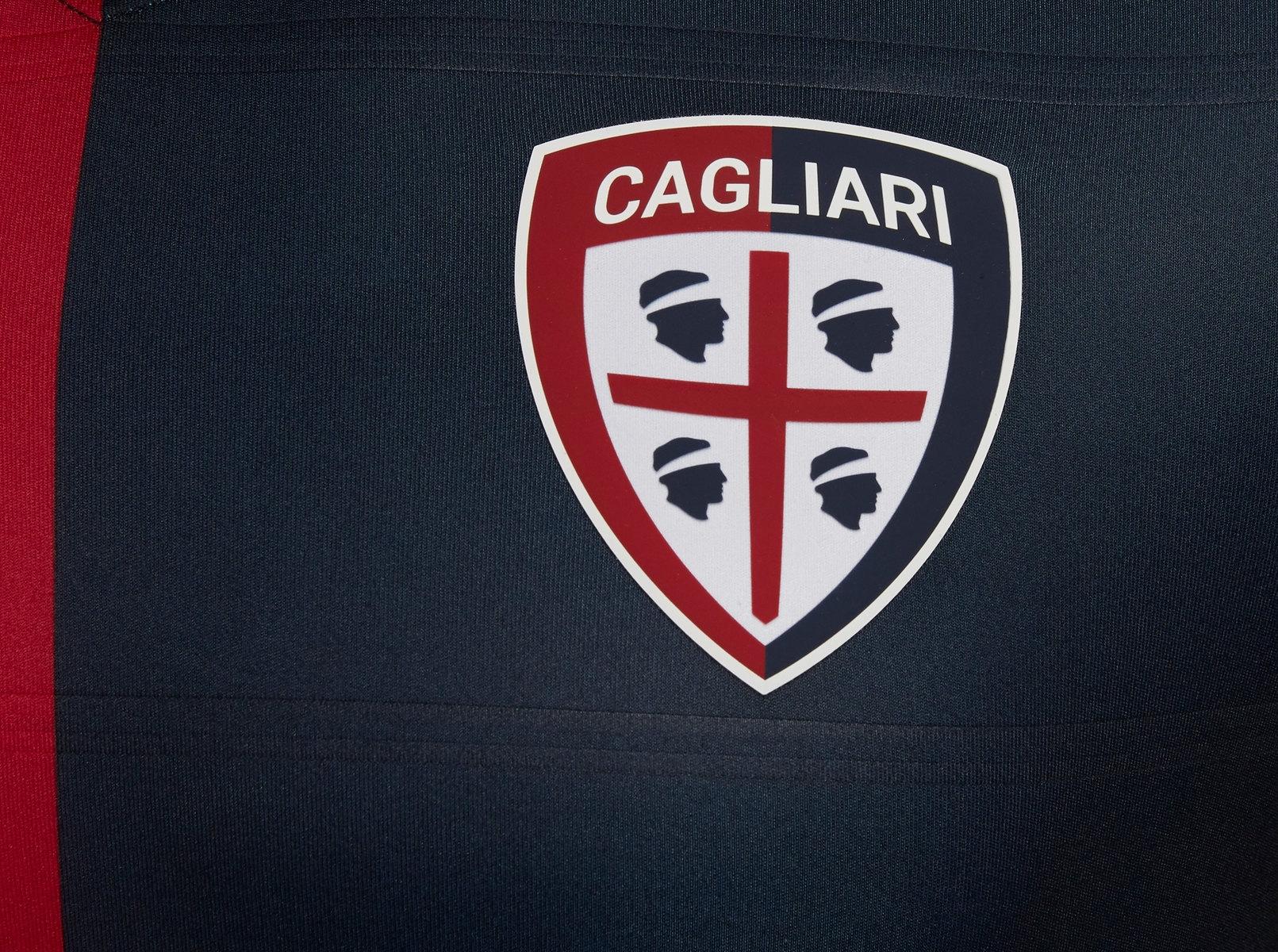Camiseta titular 2018/19 del Cagliari Calcio | Imagen Macron