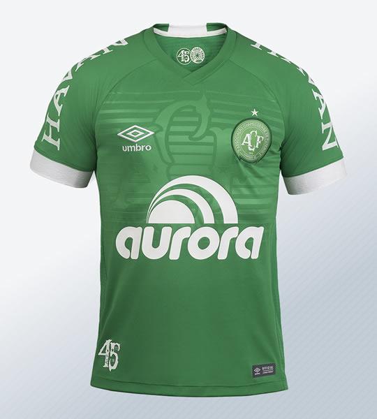 "Camiseta titular 2018 del Chapecoense ""45 anos"" | Imagen Umbro"