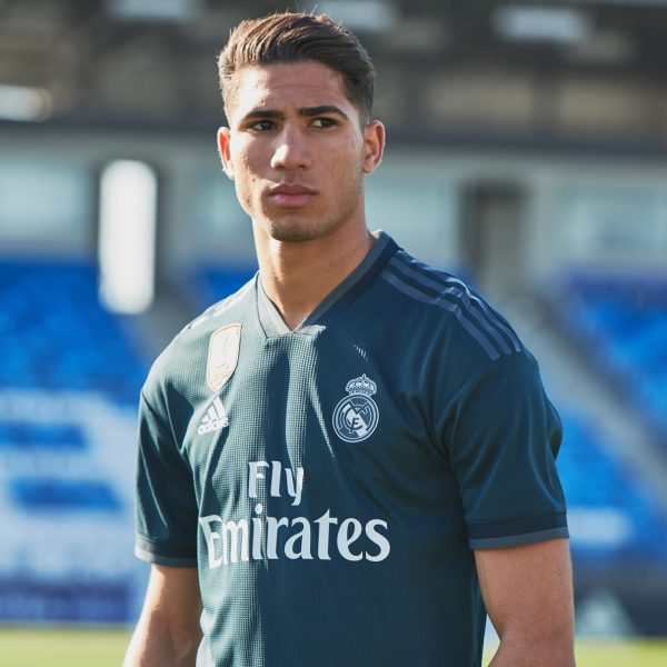 Achraf Hakimi con la camiseta suplente 2018/19 del Real Madrid | Imagen Adidas