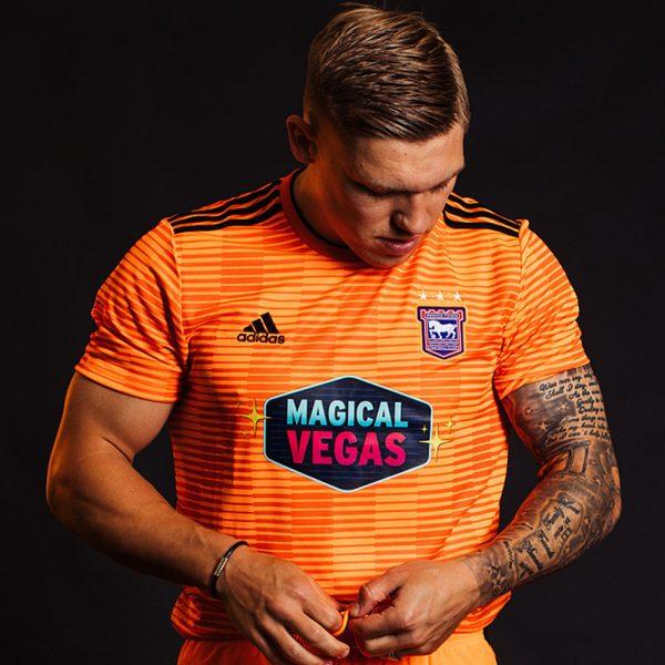 Camiseta suplente Adidas del Ipswich Town FC 2018/19   Imagen Web Oficial