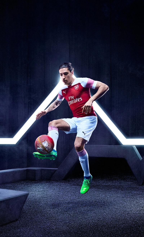 Héctor Bellerín con la nueva camiseta del Arsenal | Imagen Web Oficial