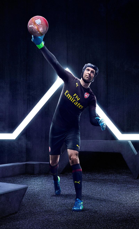 Ptr Cech con la nueva camiseta de arquero del Arsenal | Imagen Web Oficial