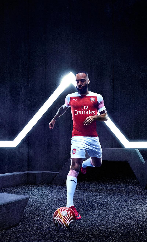 Alexandre Lacazette con la nueva camiseta del Arsenal | Imagen Web Oficial