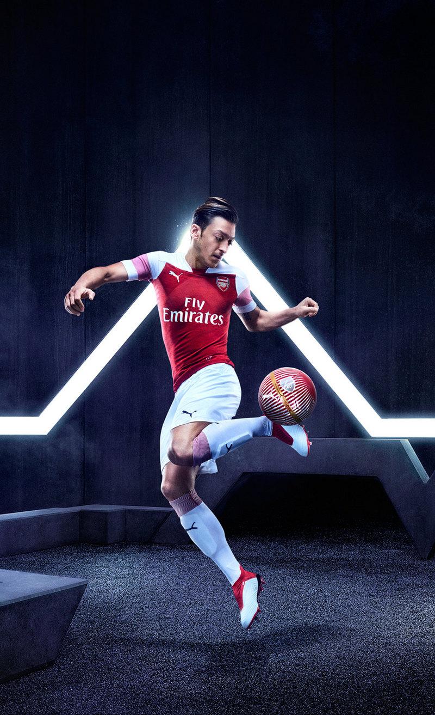 Mesut Özil con la nueva camiseta del Arsenal | Imagen Web Oficial