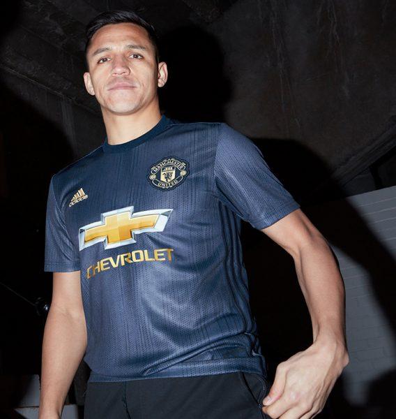 Alexis Sanchez con la tercera camiseta Adidas 2018/19 del Manchester United   Imagen Web Oficial