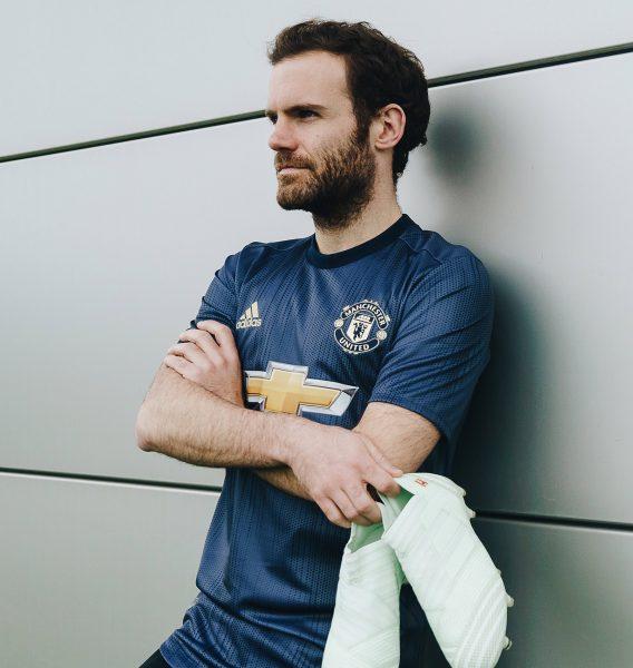 Juan Mata con la tercera camiseta Adidas 2018/19 del Manchester United   Imagen Web Oficial