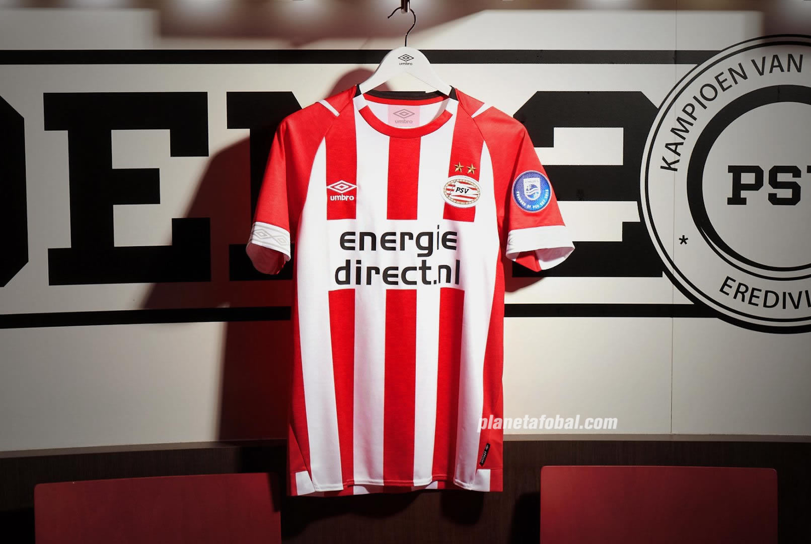Camiseta titular Umbro del PSV Eindhoven | Imagen Web OficialCamiseta titular Umbro del PSV Eindhoven | Imagen Web Oficial