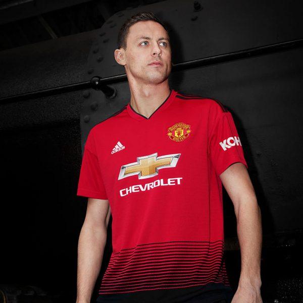 Matic con la nueva camiseta titular del Manchester United 2018/19 | Imagen Adidas