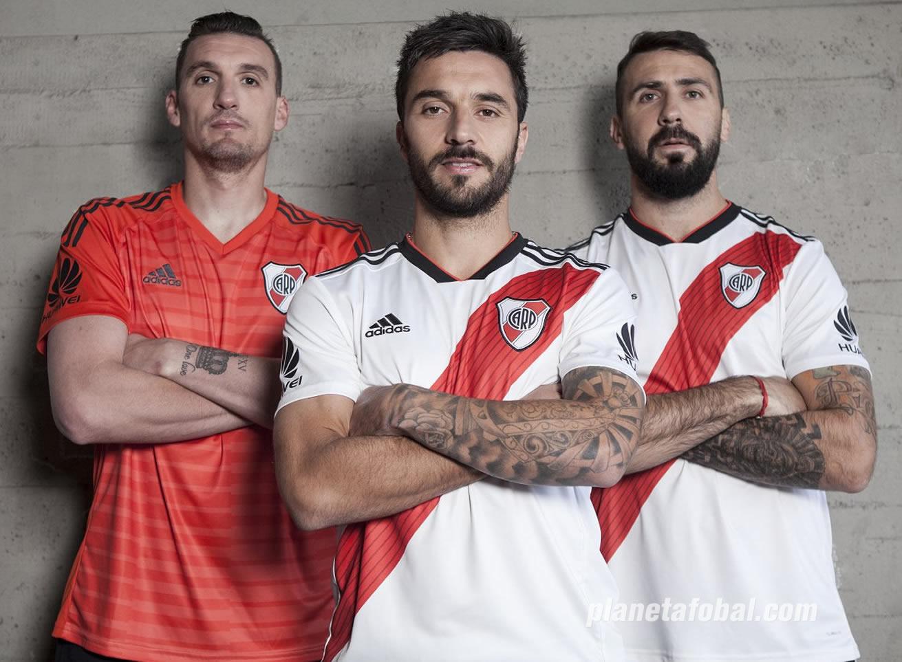 Armani, Scocco y Pratto con las camisetas 2018/19 de River Plate | Imagen Adidas