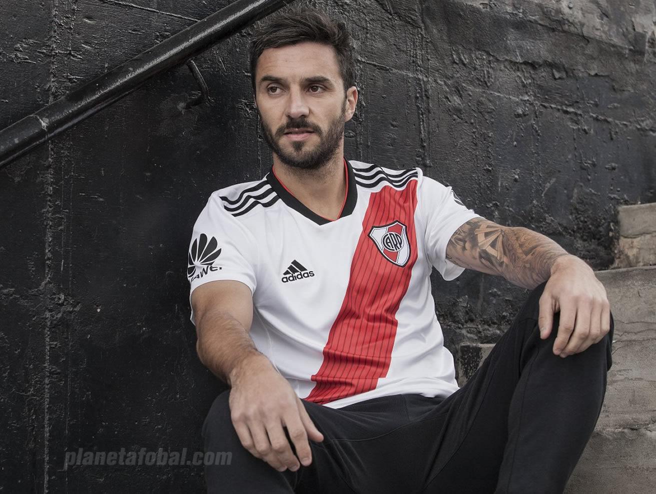 Ignacio Scocco con la nueva camiseta titular 2018/19 de River Plate | Imagen Adidas
