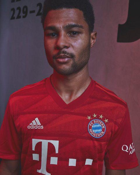 Serge Gnabry con la nueva camiseta titular Adidas del Bayern Munich 2019/2020 | Imagen Web Oficial