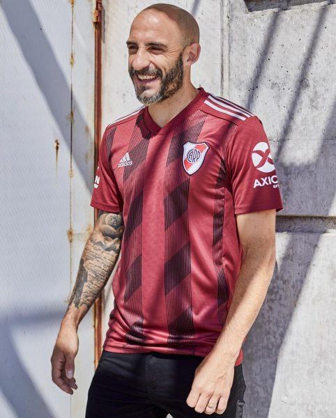 Javier Pinola con la nueva camiseta granate Adidas de River | Imagen Instagram Oficial