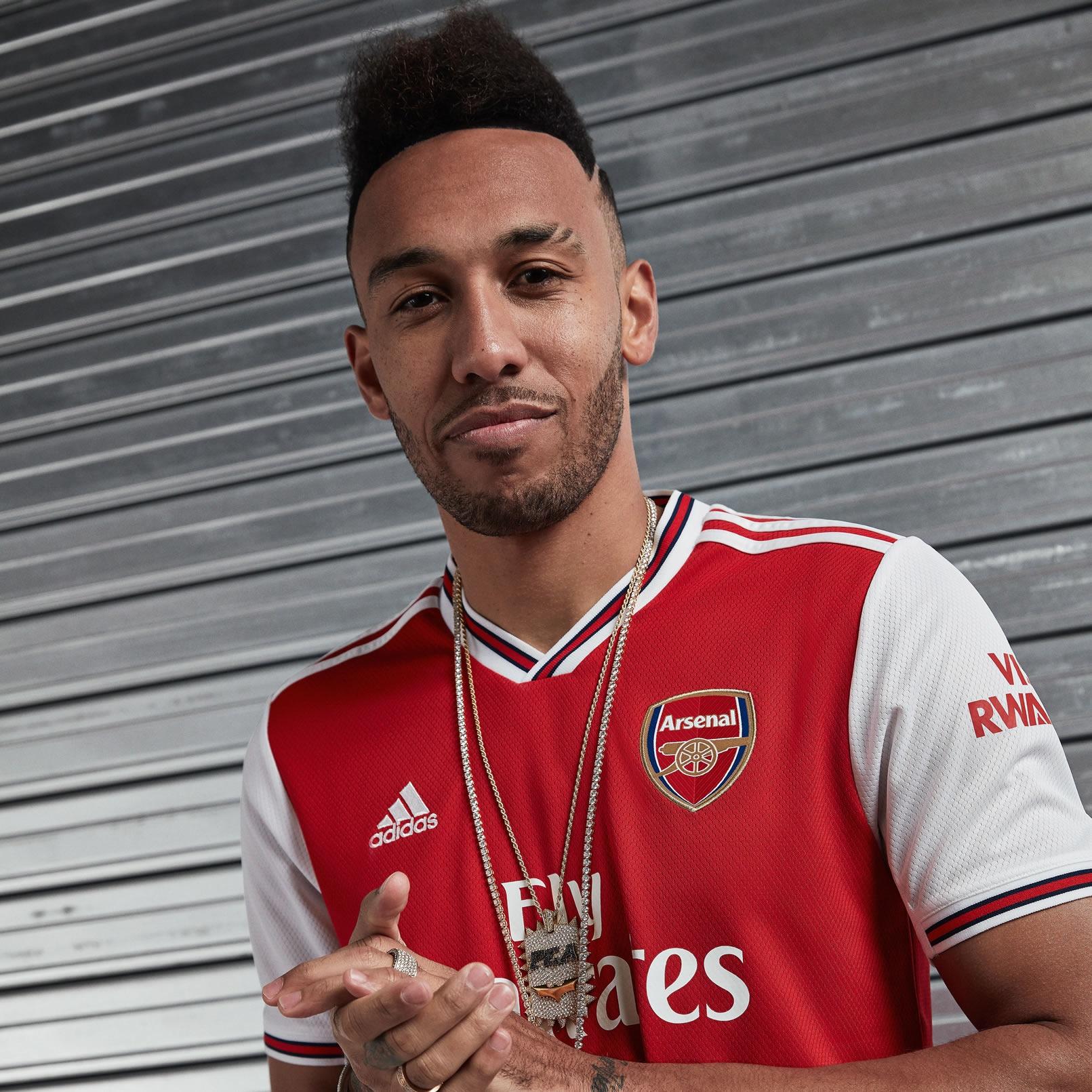 Aubameyang con la nueva camiseta titular del Arsenal 2019/2020 | Imagen Adidas