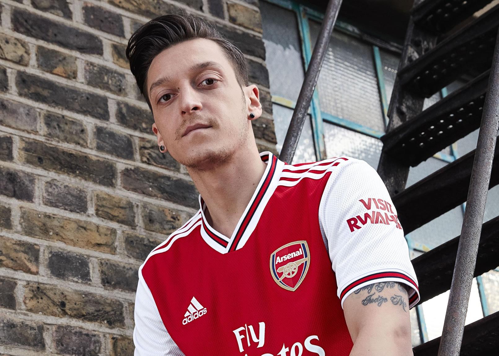 Ozil con la nueva camiseta titular del Arsenal 2019/2020 | Imagen Adidas