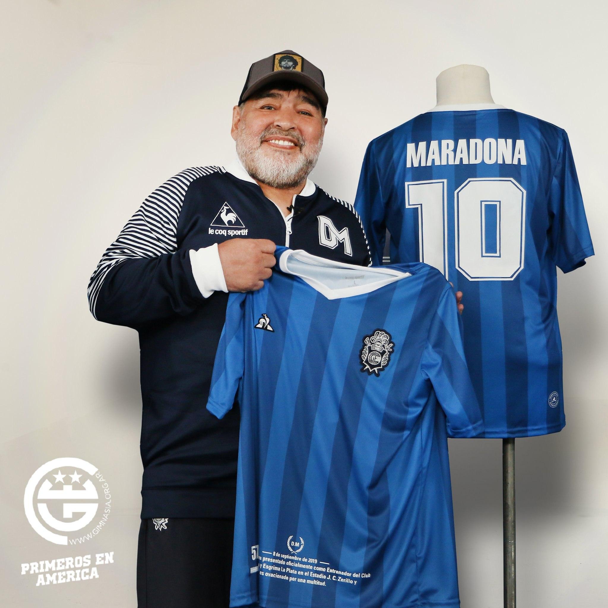 Diego Maradona con la tercera camiseta le coq sportif de Gimnasia LP 2019/20 | Imagen Twitter Oficial