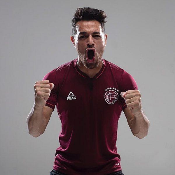 Lautaro Acosta con la nueva camiseta titular Peak de Lanús 2019/2020 | Imagen Instagram Oficial