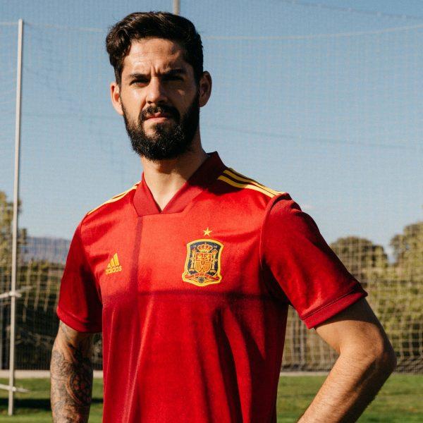Isco con la primera equipación de España Euro 2020 | Imagen Adidas