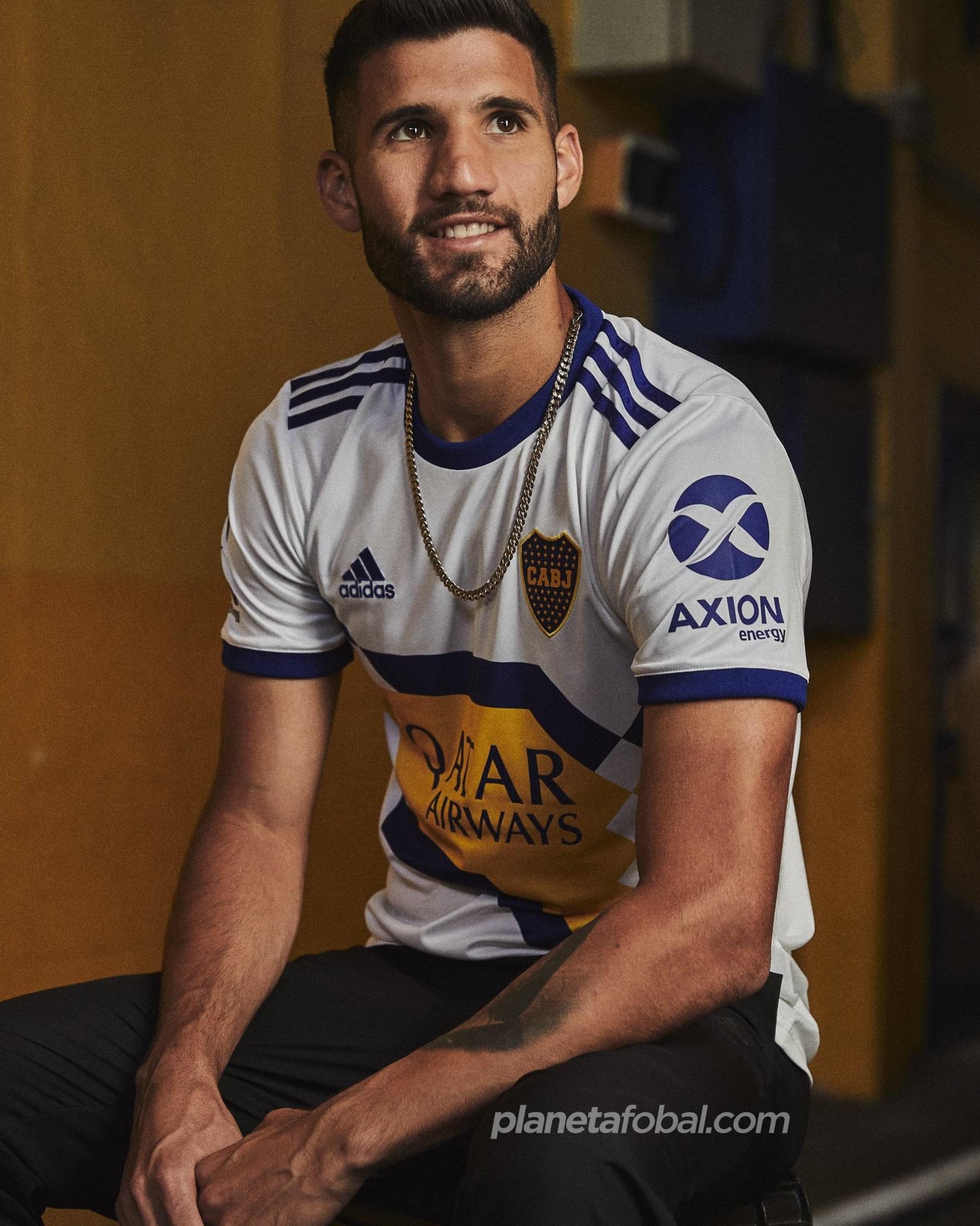 Lisandro López con la nueva camiseta alternativa de Boca 2020 | Imagen Adidas