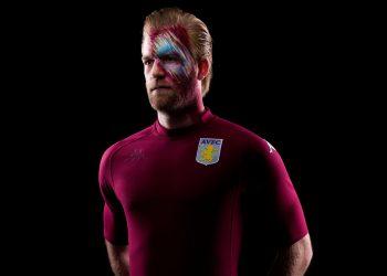 "Camiseta Kappa del Aston Villa ""Kombat XX"" | Imagen Twitter Oficial"