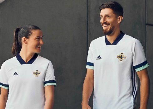 Camiseta suplente Adidas de Irlanda del Norte 2020/21 | Imagen Twitter Oficial