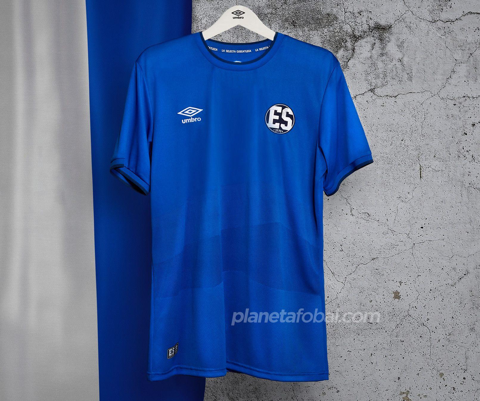 """Camiseta conmemorativa """"La Selecta 70"""" de El Salvador 2020   Imagen Umbro"""