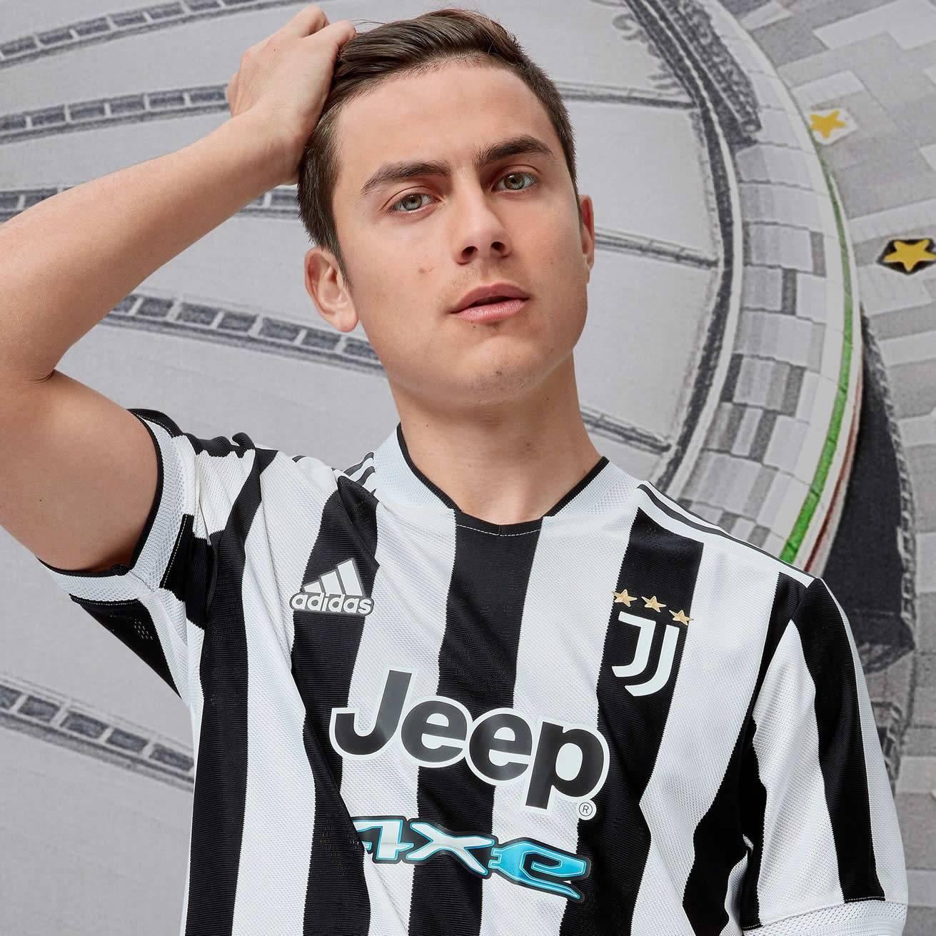 Paulo Dybala con la nueva camiseta adidas de la Juventus 2021/2022