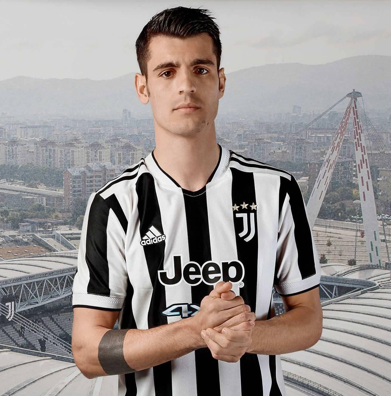 Alvaro Morata con la nueva camiseta adidas de la Juventus 2021/2022