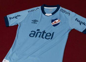 Camiseta celeste Umbro de Nacional 2021